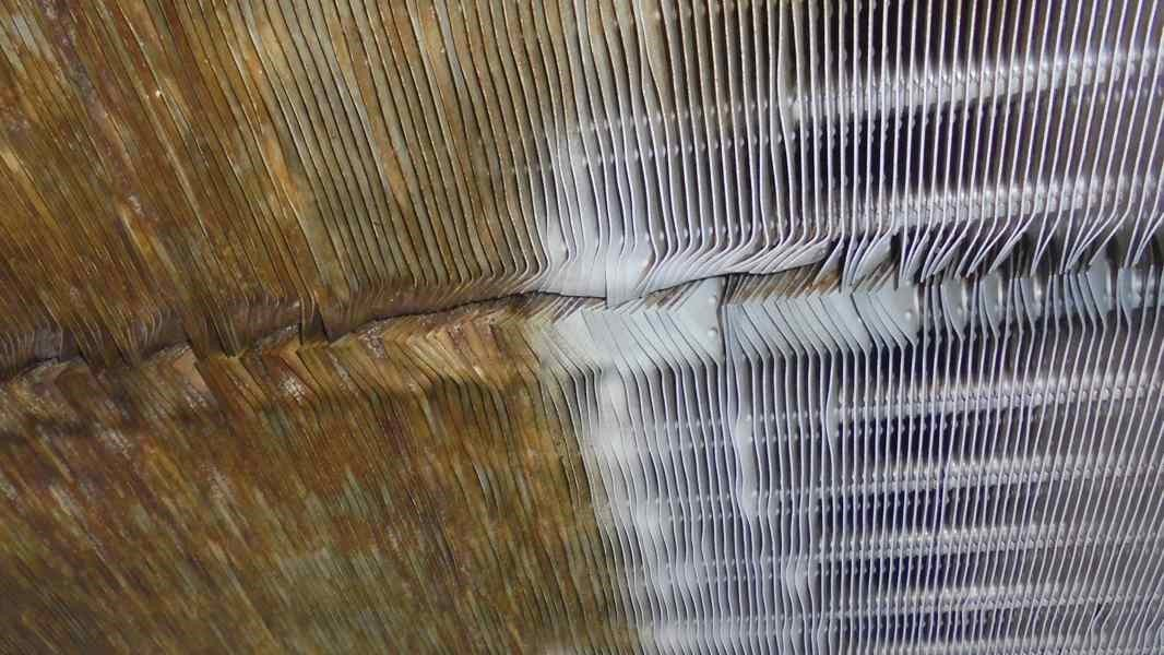 Finned heat exchanger of a dairy, left before and right after cleaning